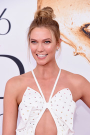 Karlie Kloss pulled her hair up into a messy top knot for the 2016 CFDA Fashion Awards.