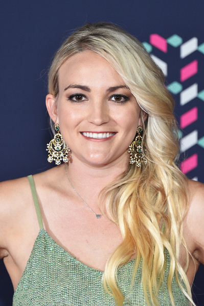Jamie Lynn Spears wore her long blonde waves swept to the side when she attended the 2016 CMT Music Awards.