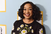 Shonda Rhimes attended the 2016 Essence Black Women in Hollywood Awards wearing a bouncy curled-out bob.