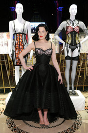 Dita Von Teese complemented her dress with a pair of gray lace pumps.