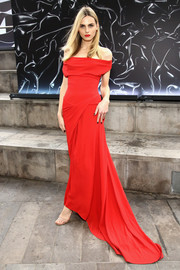 Andreja Pejic looked supremely elegant in a red off-the-shoulder fishtail gown by Vivienne Westwood at the 2016 Fragrance Foundation Awards.