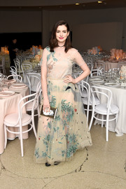 Anne Hathaway paired her lovely dress with a printed box clutch.