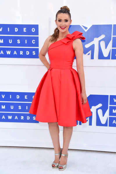 Carly Steel was prom-glam in a bow-adorned red one-shoulder dress at the 2016 MTV VMAs.