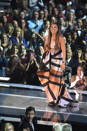 Vanessa Williams looked like the queen of all beauty queens in this metallic, striped one-shoulder gown during the Miss America competition.