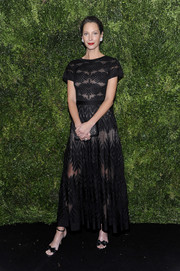 Christy Turlington matched her dress with a pair of bow-adorned black sandals.