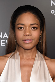 Naomie Harris went for low-key elegance with this loose straight 'do at the National Board of Review Gala.