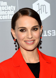Natalie Portman sealed off her look with a pair of dangling decorative earrings by Christian Dior.
