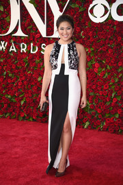 Jenna Ushkowitz showed a hint of cleavage in this monochrome column dress with a keyhole cutout during the 2016 Tony Awards.