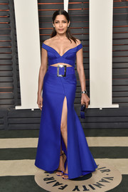 Freida Pinto looked foxy in an electric-blue off-the-shoulder cutout gown by Versace at the Vanity Fair Oscar party.