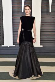 Amanda Peet oozed sophistication in a mixed-material mermaid gown by Oscar de la Renta at the Vanity Fair Oscar party.