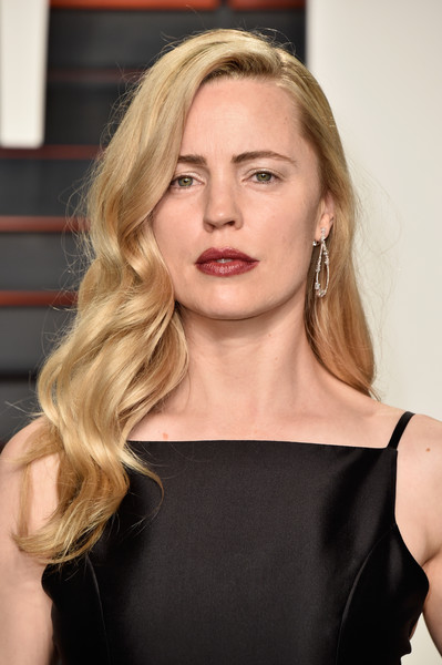 Melissa George showed off an elegant wavy hairstyle at the Vanity Fair Oscar party.