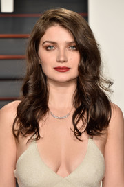 Eve Hewson wore her hair down with bouncy waves at the Vanity Fair Oscar party.