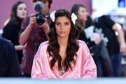 Sara Sampaio looked oh-so-pretty with her long waves while waiting backstage at the Victoria's Secret fashion show.