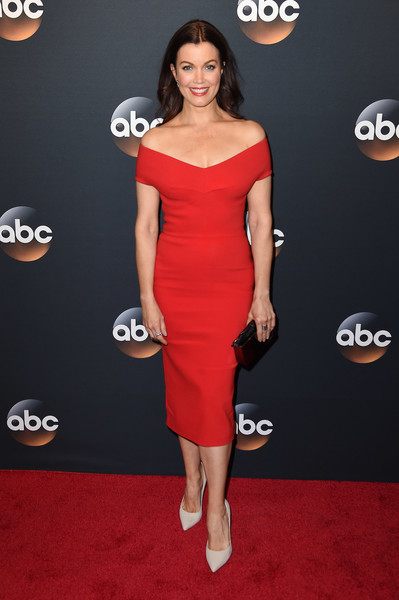 Bellamy Young slipped into a sophisticated red off-the-shoulder dress that she paired with Schutz shoes for the 2017 ABC Upfront.