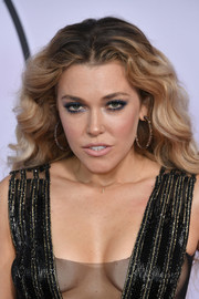Rachel Platten attended the 2017 American Music Awards sporting a high-volume wavy 'do.