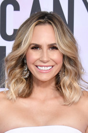Keltie Knight framed her face with high-volume waves for the 2017 American Music Awards.