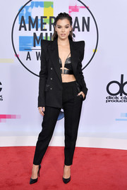 Hailee Steinfeld teamed a pointy-shouldered suit with a leather cutout crop-top, all by Mugler, for the 2017 American Music Awards.