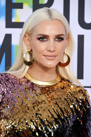 Ashlee Simpson wore her platinum-blonde tresses in a sleek center-parted style at the 2017 American Music Awards.