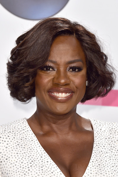 Viola Davis looked darling wearing this curled-out bob at the 2017 American Music Awards.