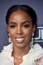 Kelly Rowland wore a regal-looking chignon when she attended the 2017 Baby2Baby Gala.