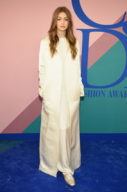 Gigi Hadid went minimalist in a floor-length white satin coat by The Row at the 2017 CFDA Fashion Awards.