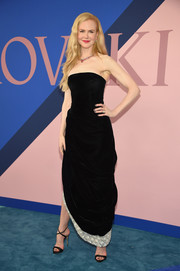 Nicole Kidman paired her lovely dress with black cross-strap sandals.