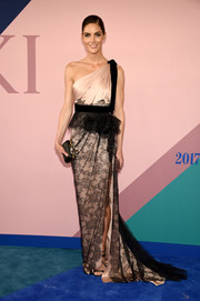 Hilary Rhoda looked breathtaking at the 2017 CFDA Fashion Awards in a pink Marchesa one-shoulder gown with a black lace overlay on the skirt.