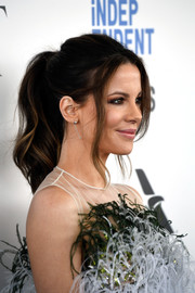 Kate Beckinsale attended the 2017 Film Independent Spirit Awards looking sweet with her wavy ponytail.