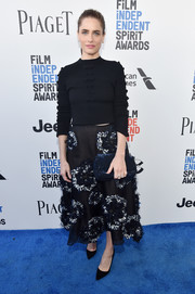 Amanda Peet sealed off her look with a blue sequin clutch.