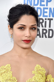 Freida Pinto achieved sexy eyes with a heavy application of gold eyeshadow at the 2017 Film Independent Spirit Awards.
