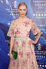 Karlie Kloss paired a jade-green hard-case clutch by Tyler Ellis with a pink shirtdress for the 2017 Fragrance Foundation Awards.