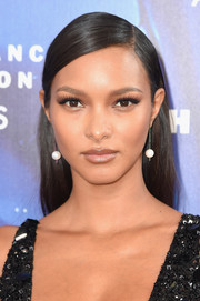 Lais Ribeiro went for a simple yet elegant slicked-down straight hairstyle at the 2017 Fragrance Foundation Awards.