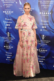 Karlie Kloss enchanted in a pink floral maxi shirtdress by Carolina Herrera at the 2017 Fragrance Foundation Awards.
