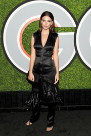 Emily Ratajkowski complemented her outfit with a textured satin clutch.