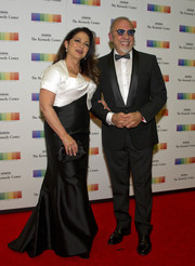 Gloria Estefan paired her dress with a classic black satin clutch.