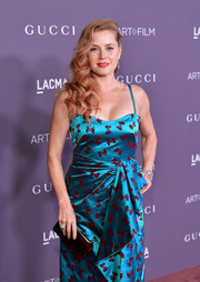 Amy Adams attended the 2017 LACMA Art + Film Gala carrying a maroon Christian Louboutin velvet clutch that complemented the bows on her Gucci dress.