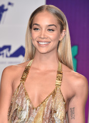Jasmine Sanders opted for a casual straight style when she attended the 2017 MTV VMAs.