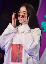 Noah Cyrus accessorized with a multitude of diamond rings at the 2017 MTV VMAs.