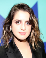 Laura Marano attended the 2017 MTV VMAs wearing her hair in shoulder-length waves.