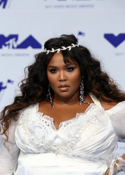 Lizzo wore her long hair down in a glamorous wavy style at the 2017 MTV VMAs.