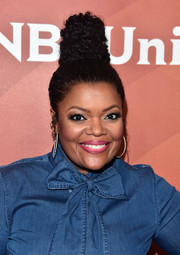 Yvette Nicole Brown wore her hair in a tower of curls at the 2017 NBCUniversal Summer Press Day.