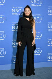 Vanessa Lachey channeled the '70s with this one-sleeve, bell-bottom jumpsuit at the 2017 NBCUniversal Upfront.