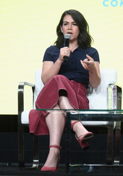 Abbi Jacobson sealed off her casual look with a pair of chunky-heeled pink pumps.