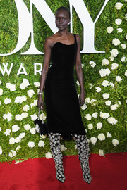 Alek Wek was sleek and sophisticated in a black velvet one-shoulder dress by Oscar de la Renta at the 2017 Tony Awards.