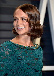 Alicia Vikander sported a short and sweet wavy hairstyle at the Vanity Fair Oscar party.