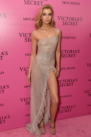 Stella Maxwell paired her dress with silver Giuseppe Zanotti Harmony sandals.
