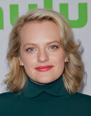 Elisabeth Moss went for a sweet retro look with this wavy 'do with flippy bangs at the 2017 Hulu TCA Winter Press Tour.