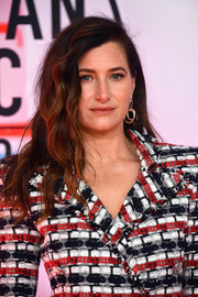 Kathryn Hahn looked edgy-glam with her messy wavy hairstyle at the 2018 American Music Awards.