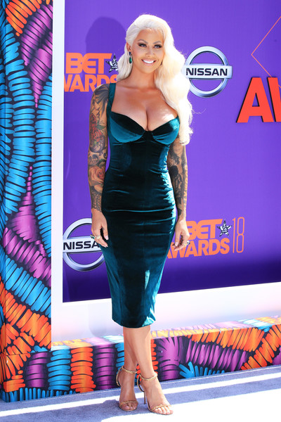 Amber Rose styled her dress with a pair of gold chain sandals.