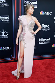 Taylor Swift hit the 2018 Billboards Music Awards wearing an embroidered lilac gown by Atelier Versace.